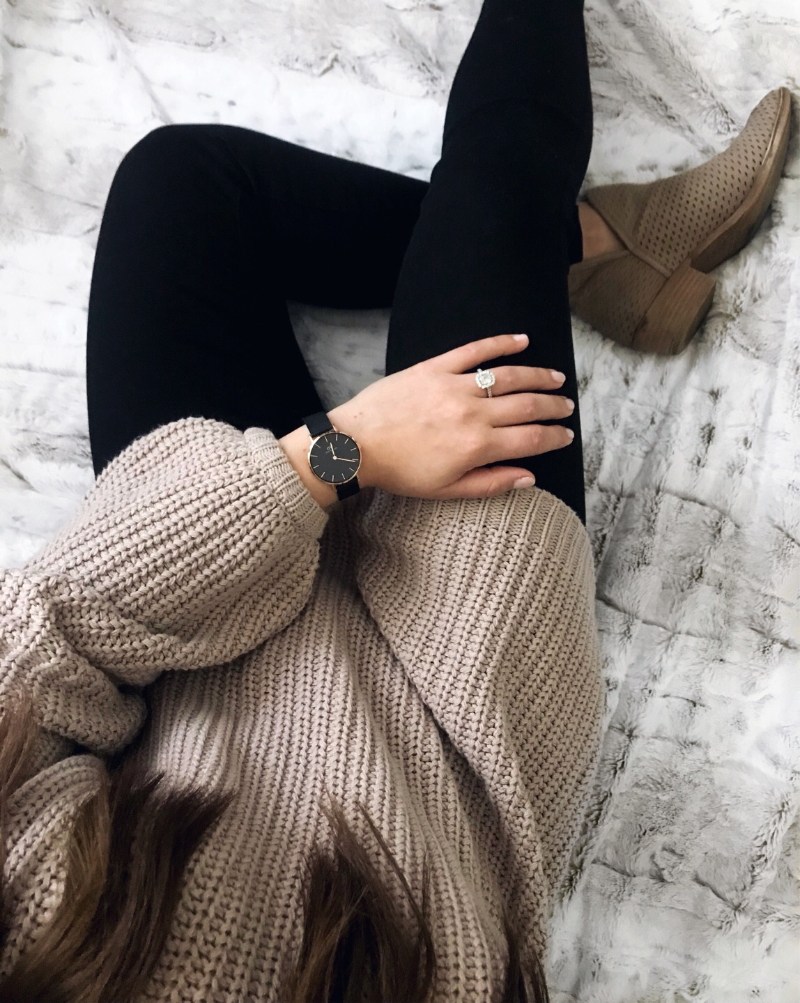 fall fashion / fall outfit idea / fall outfit inspiration / fall feels / fall vibes / view from above / oversized cozy sweater