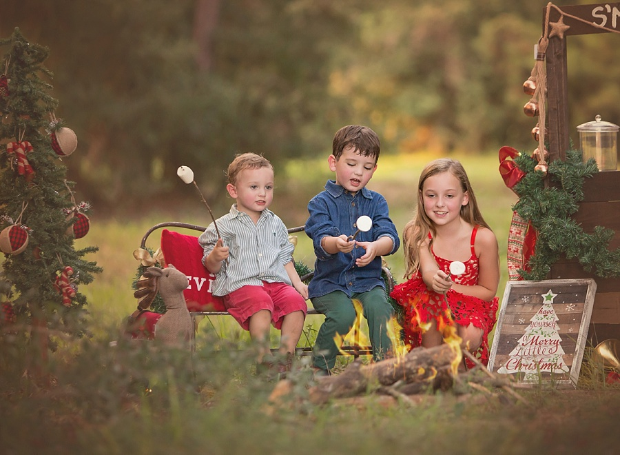 mini-session-holiday-photos-campfire-children.jpg