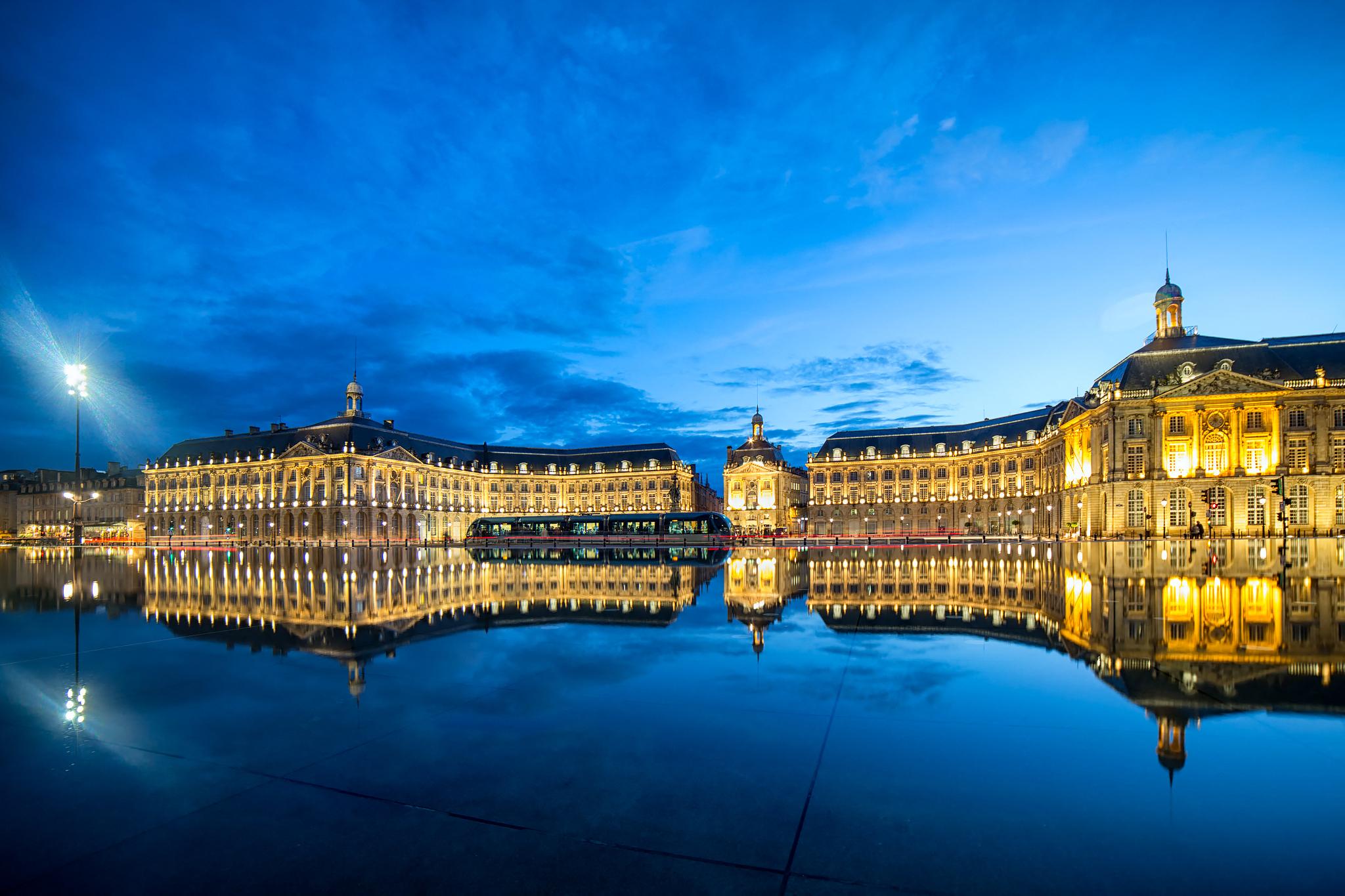 Vue de Bordeaux, le miroir d'eau et la place de la bourse juste après le coucher de soleil