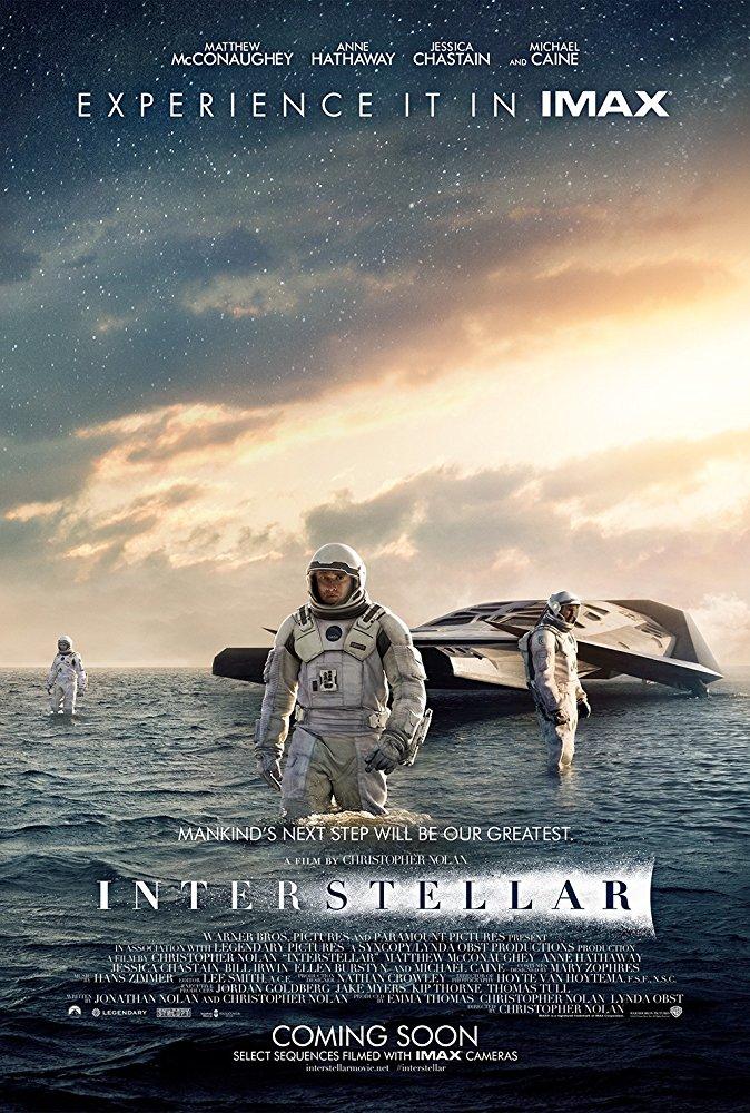 Interstellar - Interstellar er en spektakulær, actionfylt science fiction-film fra den visjonære filmskaperen Christopher Nolan. En gruppe oppdagelsesreisende kommer over et nyoppdaget ormehull i vårt eget solsystem, som gjør at mennesker kan legge bak seg enorme avstander og reise til fjerne og tidligere utilgjengelige solsystemer. Slutten for vår klode skal ikke bli slutten for oss. (Omtale: Cinemateket i Oslo)