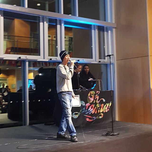 Tidligere Rommen skole-elev Dat er konferansier for åpningsseremonien for Blokk til Blokk og @detnorsketeatret sin inntreden på Rommen scene og Groruddalen. #kulturdalen #stovnerlove #stovner #groruddalen
