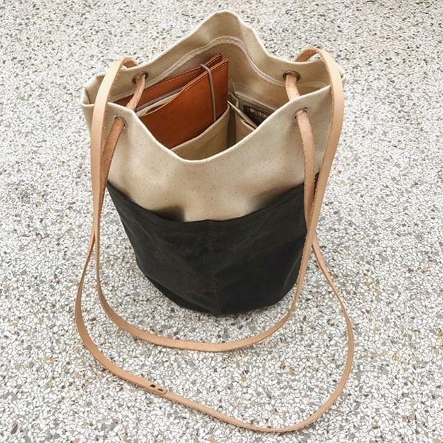 Jeg har sgu syet en taske. Kanvas, oilskin og kernelæder 🤠 Har hacket et @allwellworkshop mønster, så der er ekstra mange lommer til diverse garnprojekter 🧶🤓 #allwellbucketbag #bucketbag #canvas #oilskin #merchantandmills #sewing #sewingproject #👵🏼 #makersgonnamake