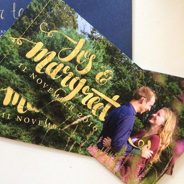 De trouwkaart van Jos en Margreet ligt bij de gasten op de mat. En eigenlijk is dit niet 1 kaart, het zijn er 5! Het bijna-bruidspaar heeft vijf kaarten met foto's en tekst aan elkaar genaaid. Zo was er lekker veel plek voor info en mooi plaatjes.