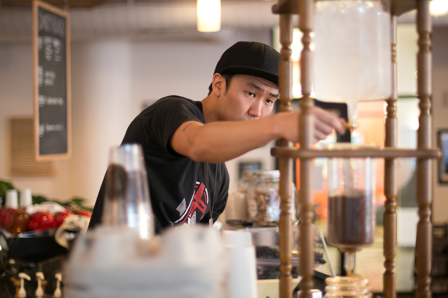 Thomas sets the drip speed on the Yama tower at Tamp & Tap. On a Monday morning, it's Thomas to the rescue.