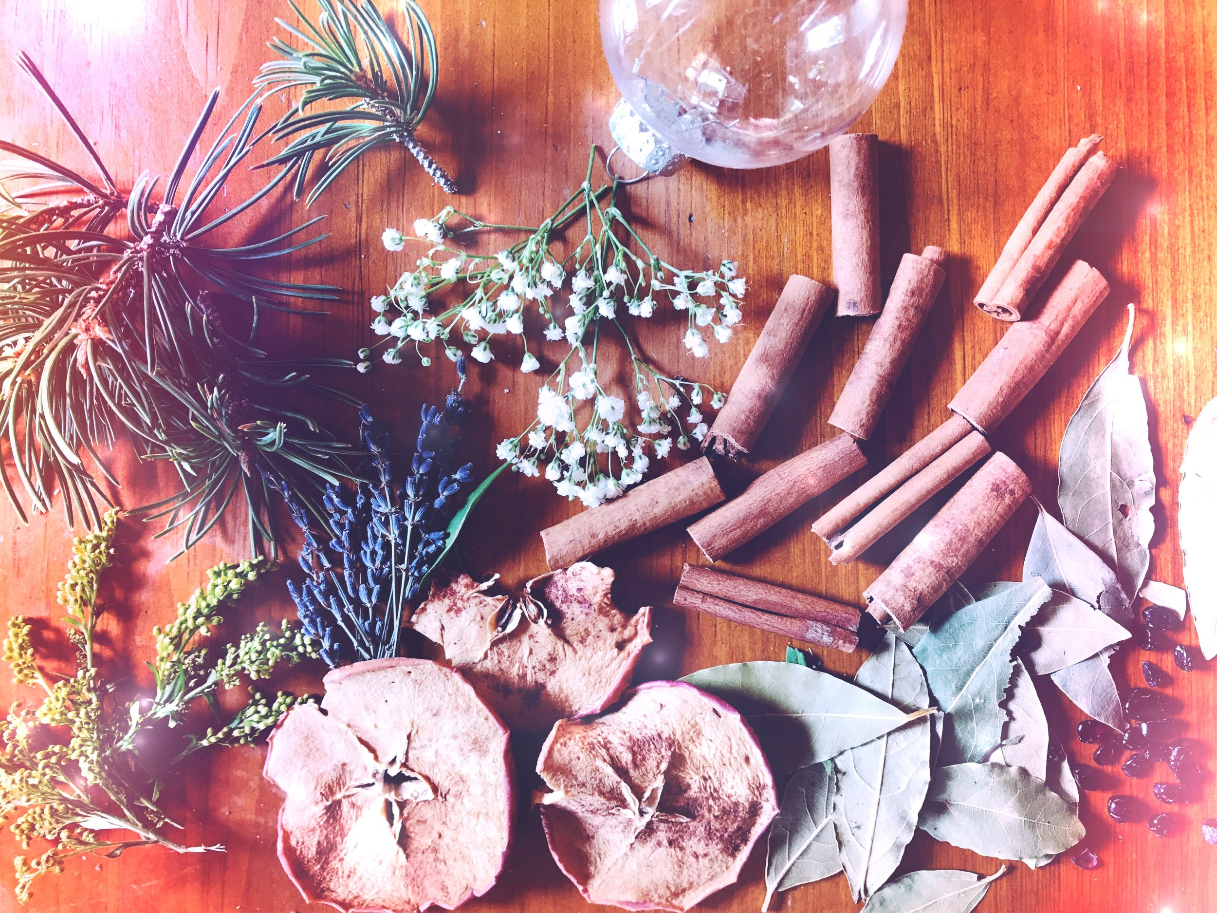 Herbs and Offerings for the Yule and Winter Season | Creating a witches bottle | Spirit de la Lune