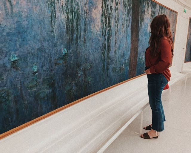 "{Reminissing of last summer}: viewing 'Morning With Willows'⠀⠀⠀⠀⠀⠀⠀⠀⠀ Not going to lie, at this moment I felt pretty overwhelmed looking at the details of Monet's masterpieces. From afar, his landscapes seem modest and uncomplicated, but when you gather all of the layers and detailed brush strokes up close, and even how each piece was thoughtfully placed within the architecture, his work is nothing short of extraordinary. ⠀⠀⠀⠀⠀⠀⠀⠀⠀ ⠀⠀⠀⠀⠀⠀⠀⠀⠀ ""According to Claude Monet's own suggestion, the eight compositions were set out in the two consecutive oval rooms. These rooms have the advantage of natural light from the roof, and are oriented from west to east, following the course of the sun and one of the main routes through Paris along the Seine. The two ovals evoke the symbol of infinity, whereas the paintings represent the cycle of light throughout the day.⠀⠀⠀⠀⠀⠀⠀⠀⠀ Monet greatly increased the dimensions of his initial project, started before 1914. The painter wanted visitors to be able to immerse themselves completely in the painting and to forget about the outside world. The end of the First World War in 1918 reinforced his desire to offer beauty to wounded souls.⠀⠀⠀⠀⠀⠀⠀⠀⠀ The first room brings together four compositions showing the reflections of the sky and the vegetation in the water, from morning to evening, whereas the second room contains a group of paintings with contrasts created by the branches of weeping willow around the water's edge."" --Mus.l'Orangerie⠀⠀⠀⠀⠀⠀⠀⠀⠀ ⠀⠀⠀⠀⠀⠀⠀⠀⠀ #art #artappreciation #artlove #ClaudeMonet #waterlilies #MorningwithWillows #paris #france #museedelorangerie #artcollector #artoftheday #artculture #artinarchitecture"