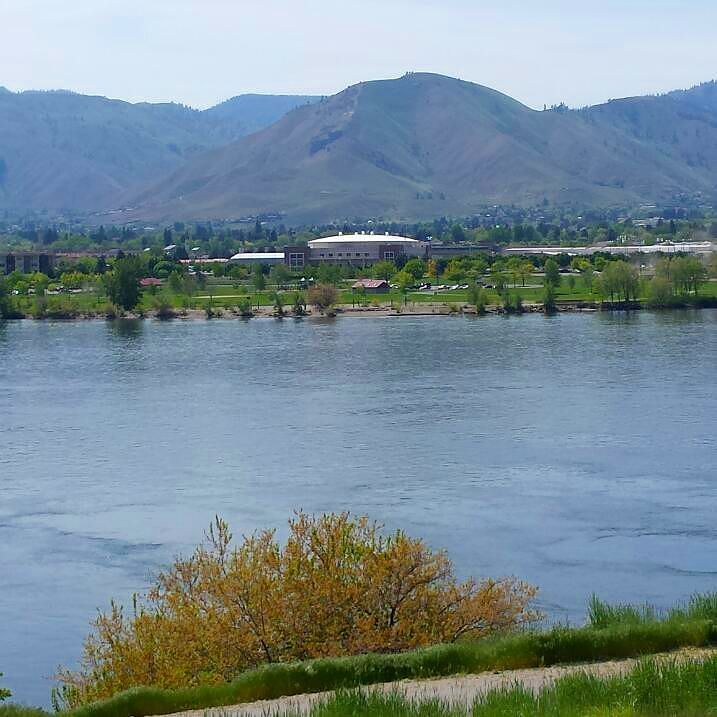That's the #TownToyotaCenter way across the #ColumbiaRiver for the #EastWenatchee side of the #AppleCapitalLoopTrail. #path #trail #river #Wenatchee