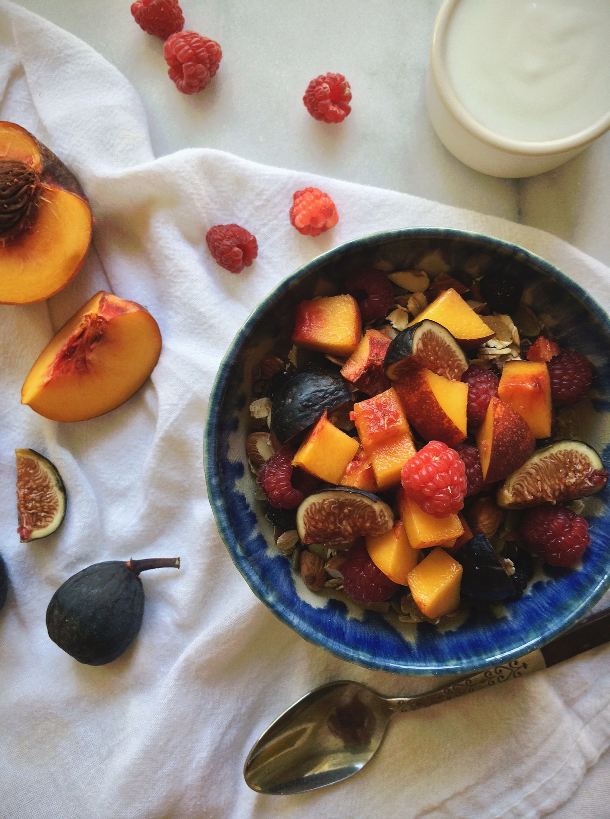 Blueberry-ginger muesli with fruit