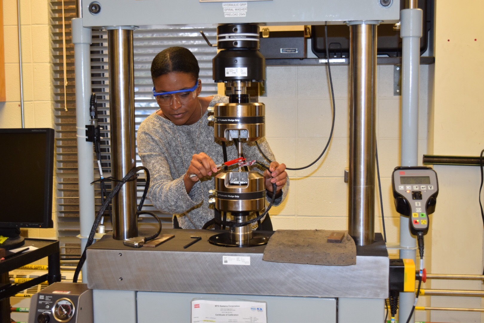 Loading a sample into a servo hydraulic instrument for low cycle fatigue testing