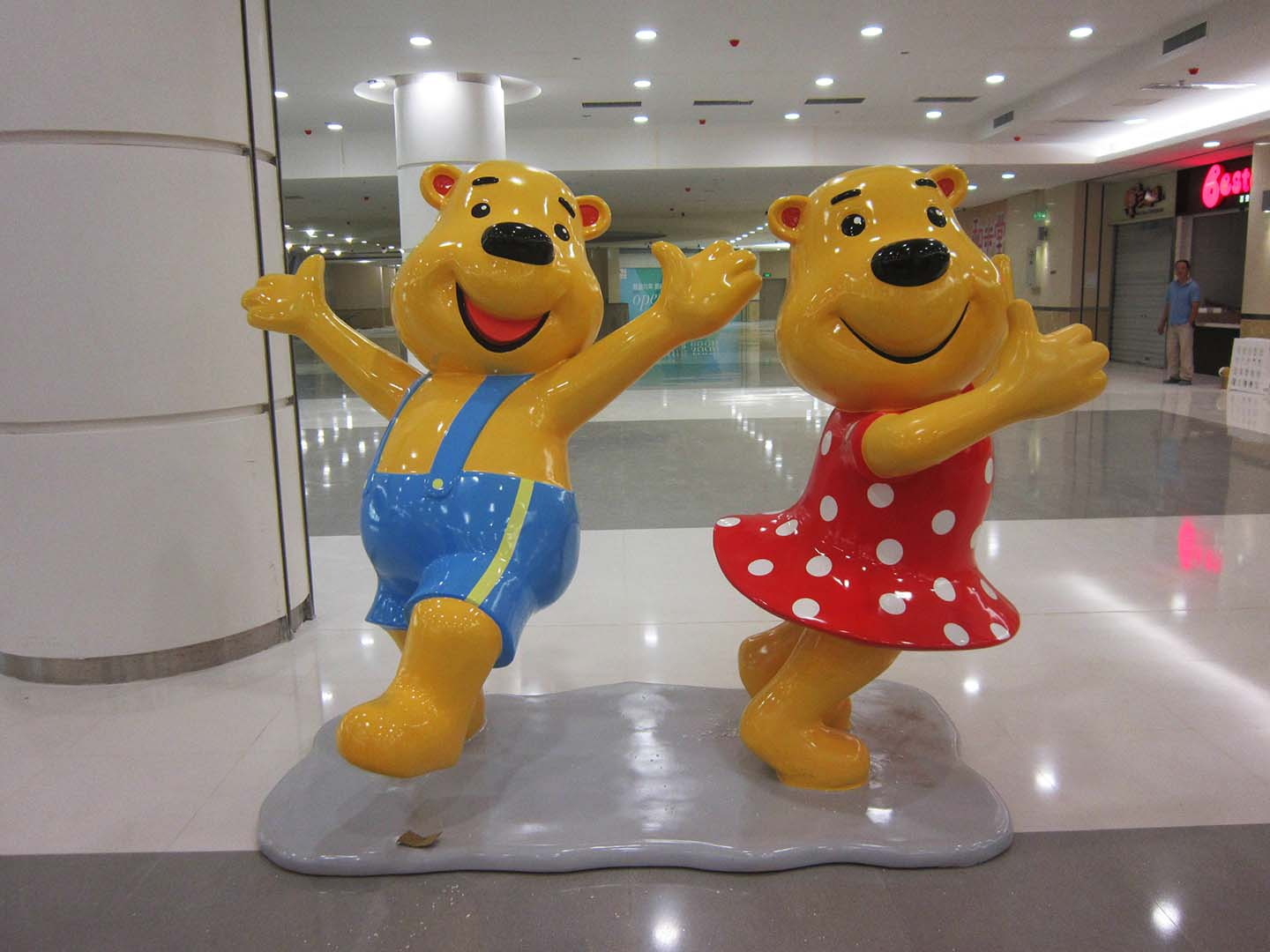 Bear Statue - Resin bear statue for shop decoration, 2 meters height with metallic painting finish