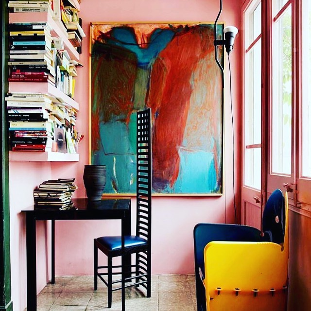 When introvert cozy nook hooks up with extrovert design vision. ⚡️🔥⚡️Home of architect Guillermo Santoma in Barcelona. Via @tmagazine #thevisionaryspace #beyondbeauty #design #art #home #love #ihavethisthingforpink #architecture #interior #instachic #spain #guillermosantoma