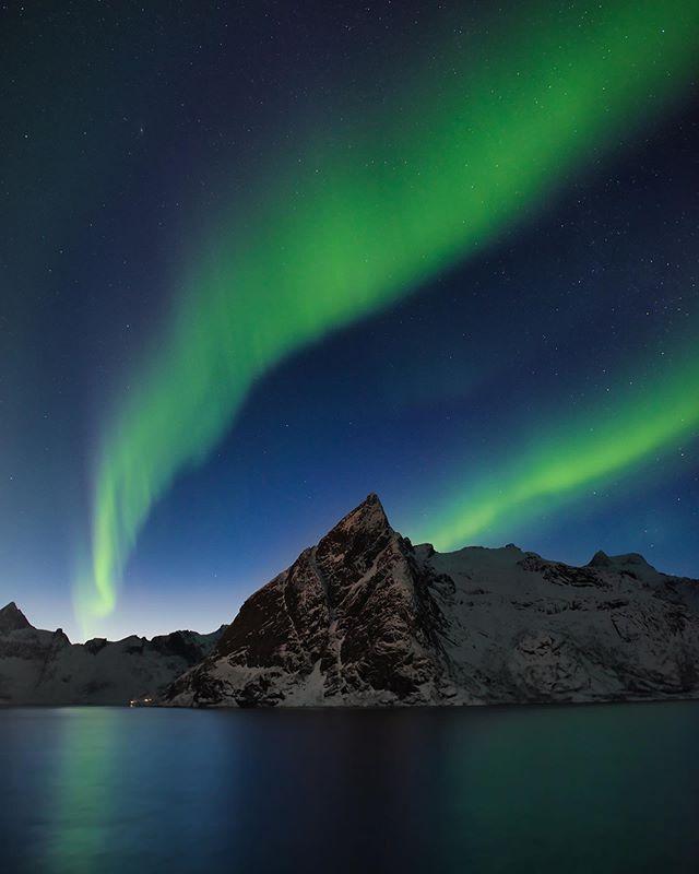 When nature decides to put on a show! . .  #lofotenislands #norge #auroraborealis #winter #norwaynature #olstinden #nightscaper #night_shots_ #longexposures#visitnorway #visitlofoten