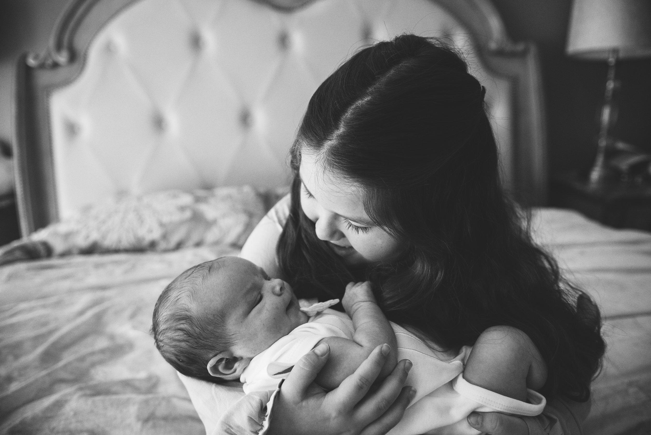 daughter kissing baby-navarre newborn photographer