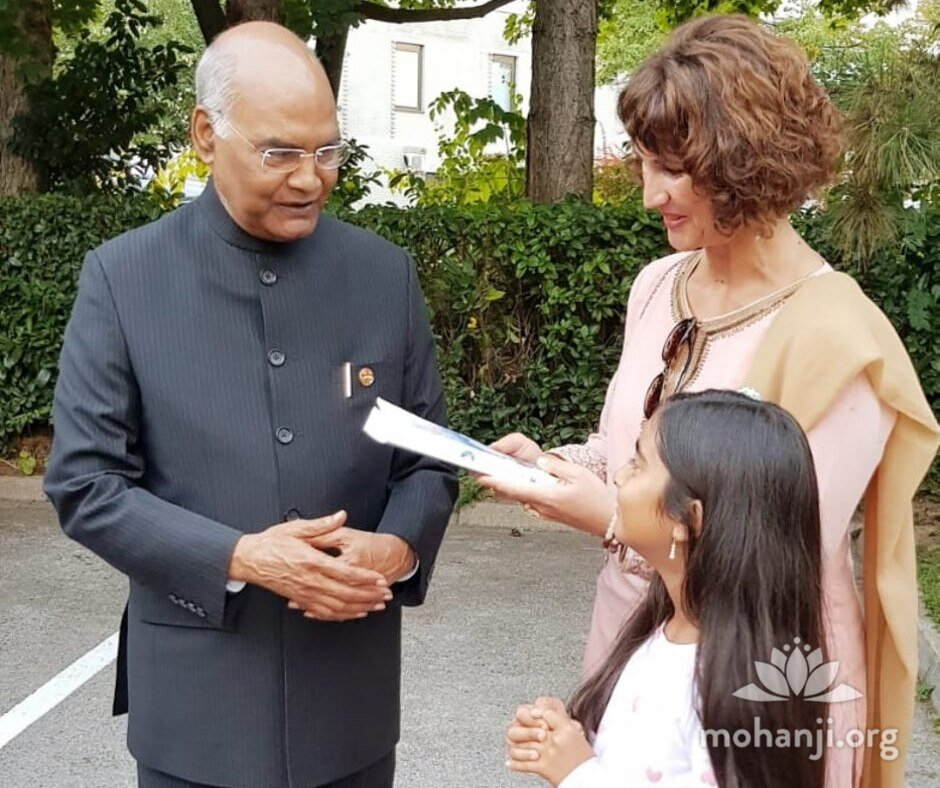 Devi-Mohan-meets-Indian-president (3).jpg