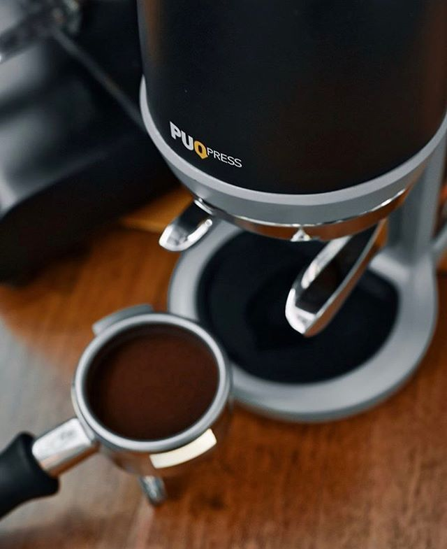 There are about a million variables when it comes to brewing coffee. And, if you can imagine, baristas have a even more things to pay attention to behind the counter. At The Barista League: Zagreb, one teammate will be pulling shots of espresso, steaming milk, and serving drinks while the other teammate… hold on… ROASTS coffee? 😦 You heard us right. Luckily, they'll be using a @puqpress_official which means they can be sure their tamp will be precise every single time. AND one hand will still be free to hold a beer. 🍻