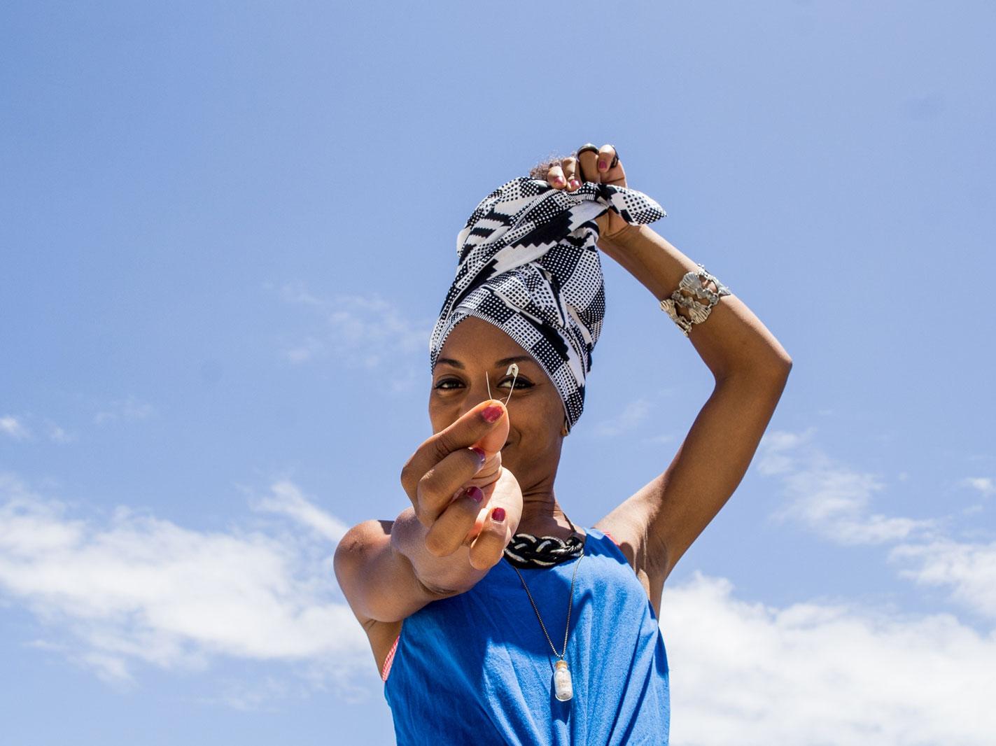 Use a pin to secure it and fasten the last part of the turban     Utilize um alfinete de segurança para prender a ultima parte do turbante