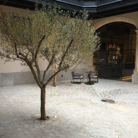 AELAND - hotel-patio.jpg