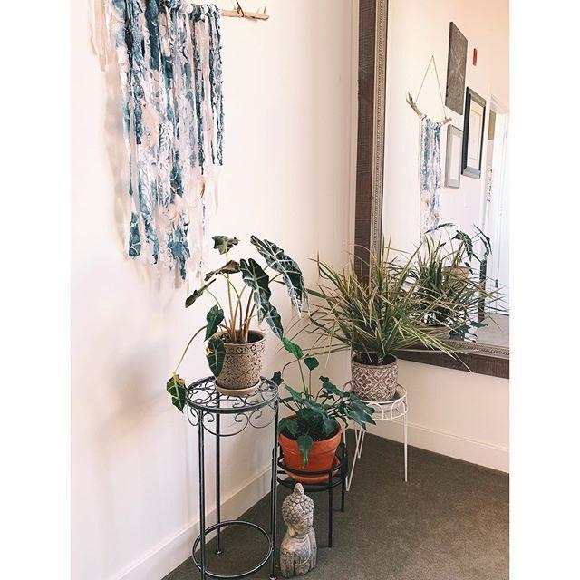 👁 spy a little TSS fiber art ✌🏼❤️ . . . #threesistersupply #moontide #wallart #plantlife #greenthumb #indigo #shibori #handdyed #interiors #smallspaces #design #peaceandlove