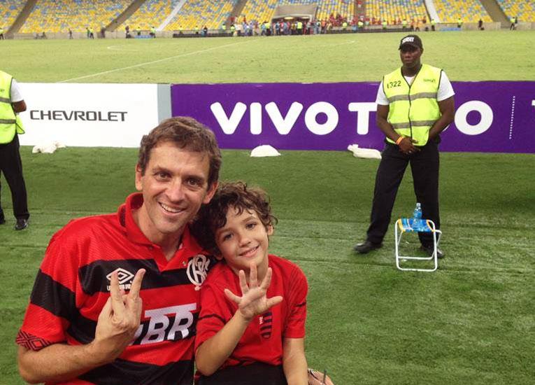 De pai para filho : Fabio com o filho Pedro, em campo, no Maracanã