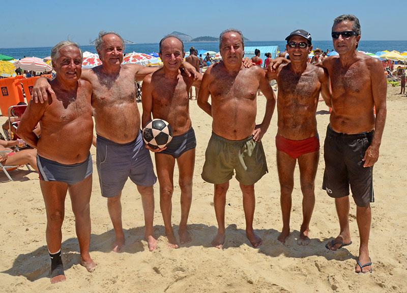 Os seis irmãos boleiros, campeões de futebol de praia, em 1964, pelo Lagoa, e em 1975, pelo Montenegro, continuam na ativa, agora no futevôlei, e ainda atraem olhares dos fãs e provocam aglomerações para vê-los em ação. Foto: Guillermo Planel