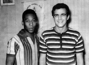 Pelé, com a camisa do Copaleme, ao lado do saudoso Vitinho, craque do Copaleme.