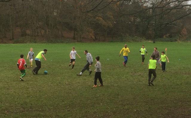 Pais e filhos jogam de igual pra igual nos gramados de Londres.