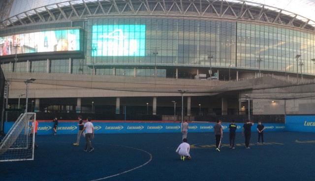 A galerinha não se intimida em correr atrás da bola colada ao famoso templo sagrado do futebol inglês.
