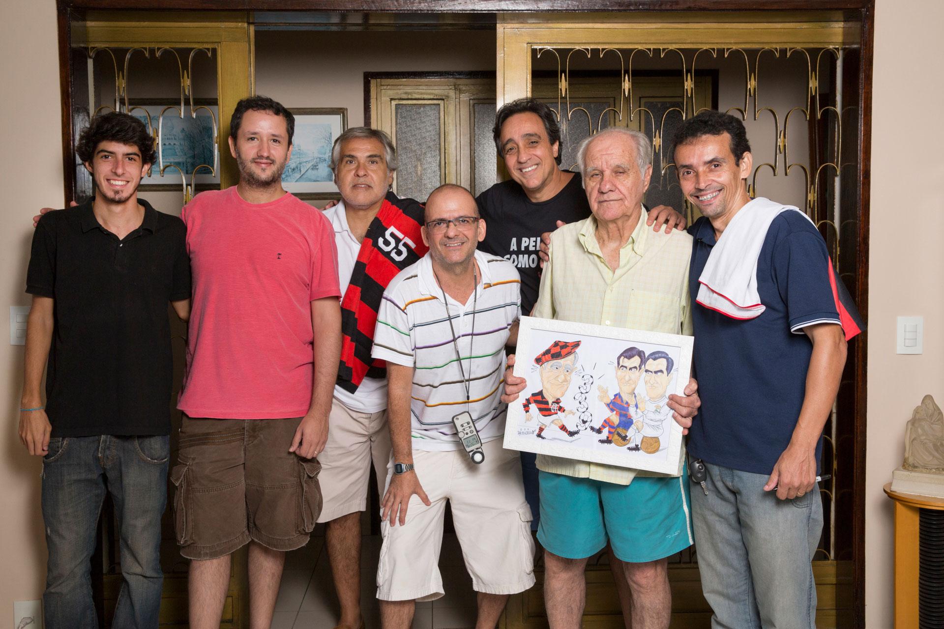 NOSSA EQUIPE: André, Daniel, Pepe (filho de Evaristo), Tabach, Pugliese e Evaristo, com o quadro, presente de Marcos Vinícius, a seu lado.