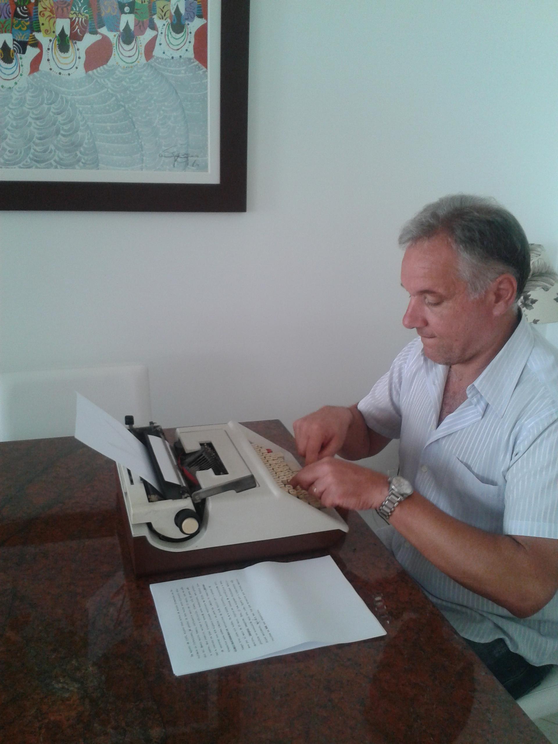 Autor do texto, Cláudio Lovato mexe na máquina Olivetti Studio 46, presente do pai
