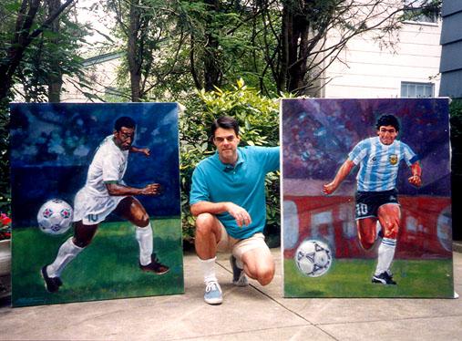 O artista posa com as pinturas de Pelé e Maradona