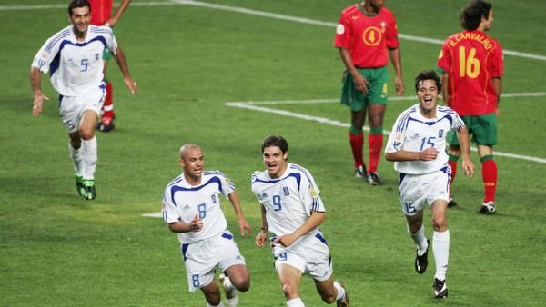 Jogadores da Grécia comemoram gol marcado na final da Eurocopa de 2004