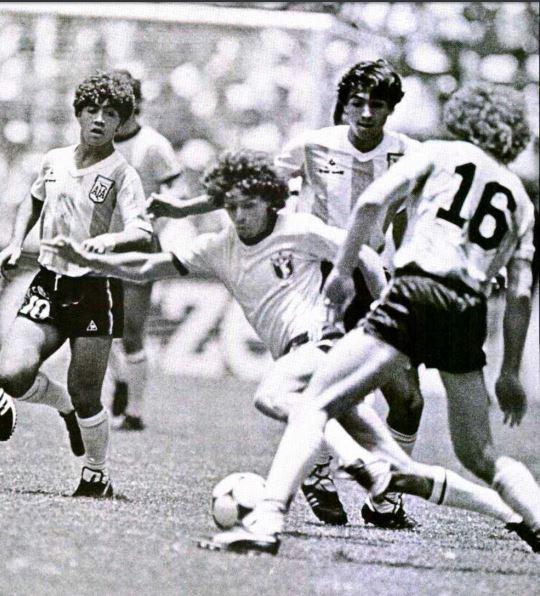 O ponta-esquerda Paulinho entortando a defesa argentina