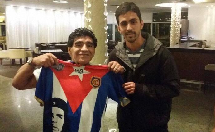 Fã de Che, Maradona posa com a camisa do Madureira