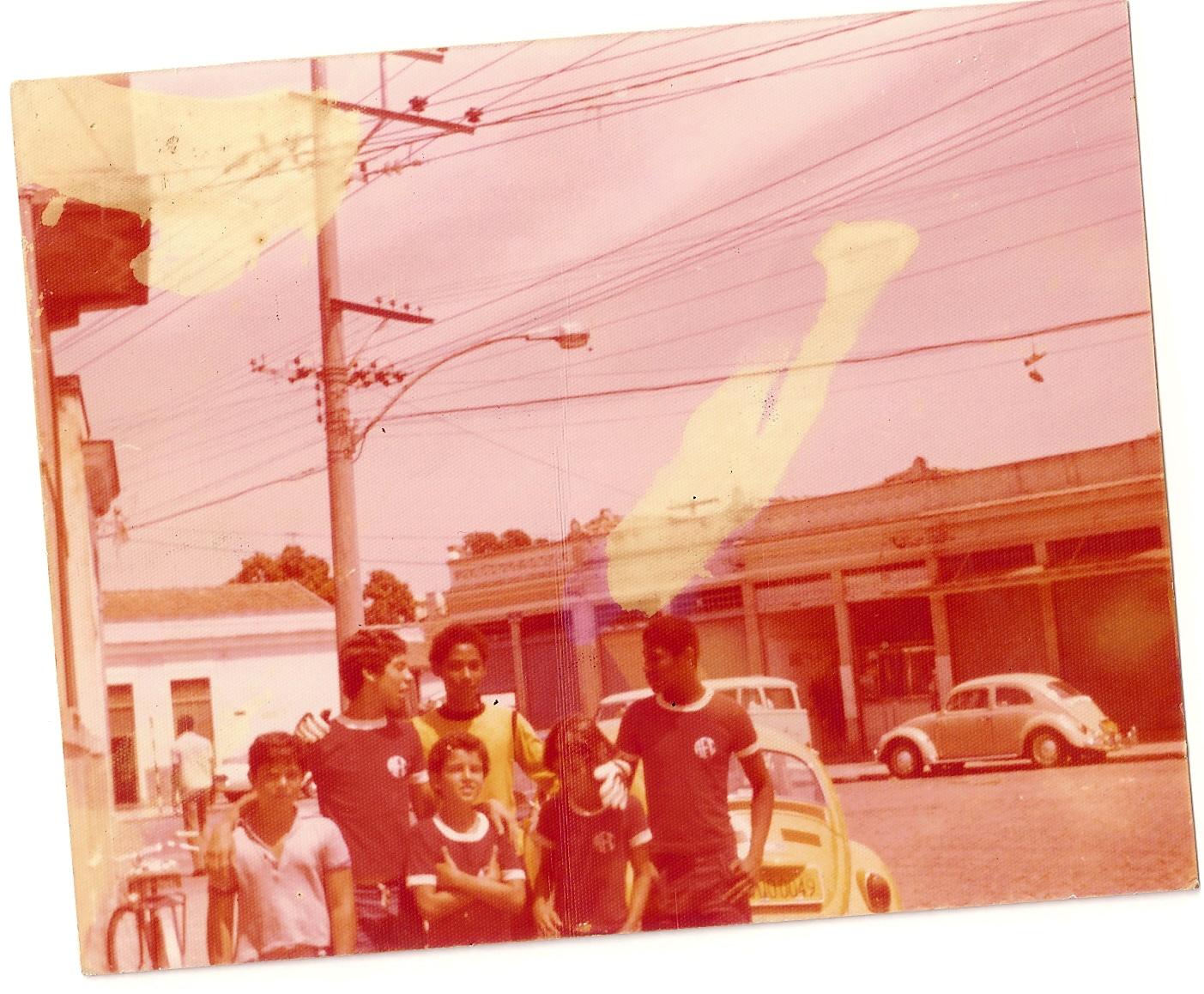 O segundo da direita para a esquerda, Serginho5Bocas passou a infãncia jogando bola na rua com os amigos