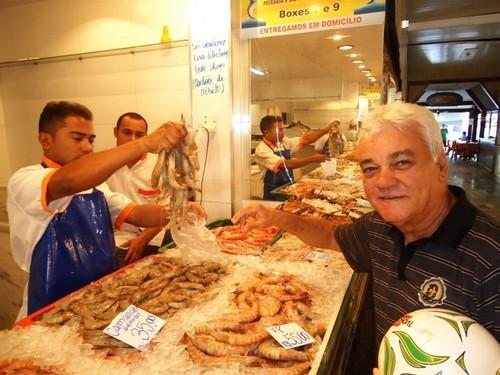 Na foto, Sylvio Amaro, o homem que jogou o camarão para o alto