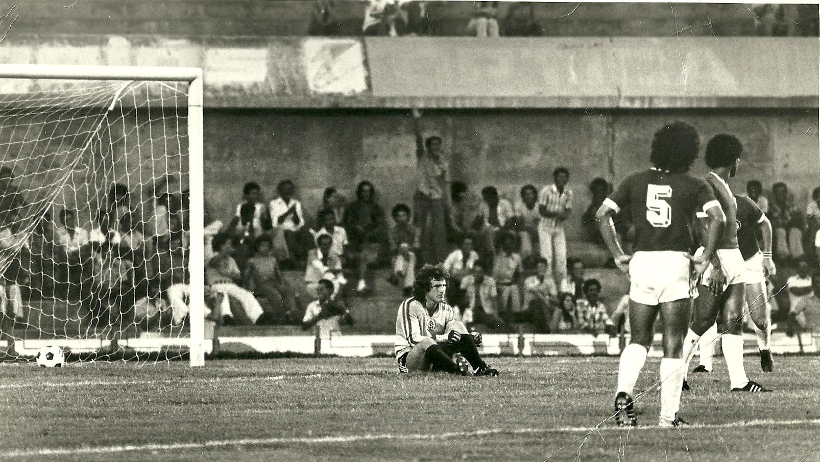Gasperin leva gol pelo Inter.jpg