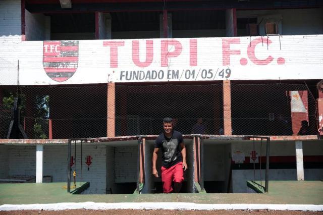 Com o salário de R$ 2,2 mil no bolso, Adriano deixa o Estádio Rubro-Negro (Foto: André Ávila / Agencia RBS)