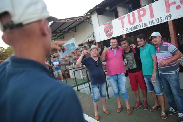 Adriano posa para fotos no Estádio Rubro-Negro (Foto: André Ávila / Agencia RBS)