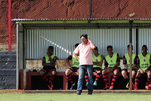 Do banco, Gabiru acompanha a apreensão do técnico Leco: Tupi estava perdendo por 2 a 0 em casa para o São Luiz (Foto: André Ávila / Agencia RBS)