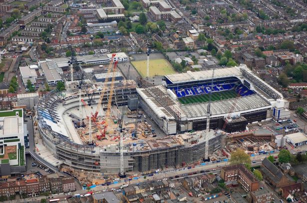 O nova arena vai engolindo o velho estádio de White Hart Lane que resistiu durante 118 anos (Foto:tottenhamhotspur.com)