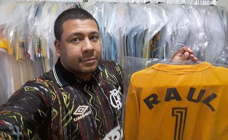Raphael Reis exibe camisa de Raul