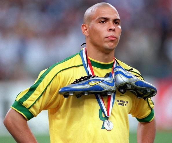 Será que a chuteira colorida de Ronaldo impediu o penta em 1998?