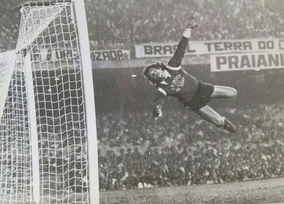 Mazaropi salta para evitar o gol