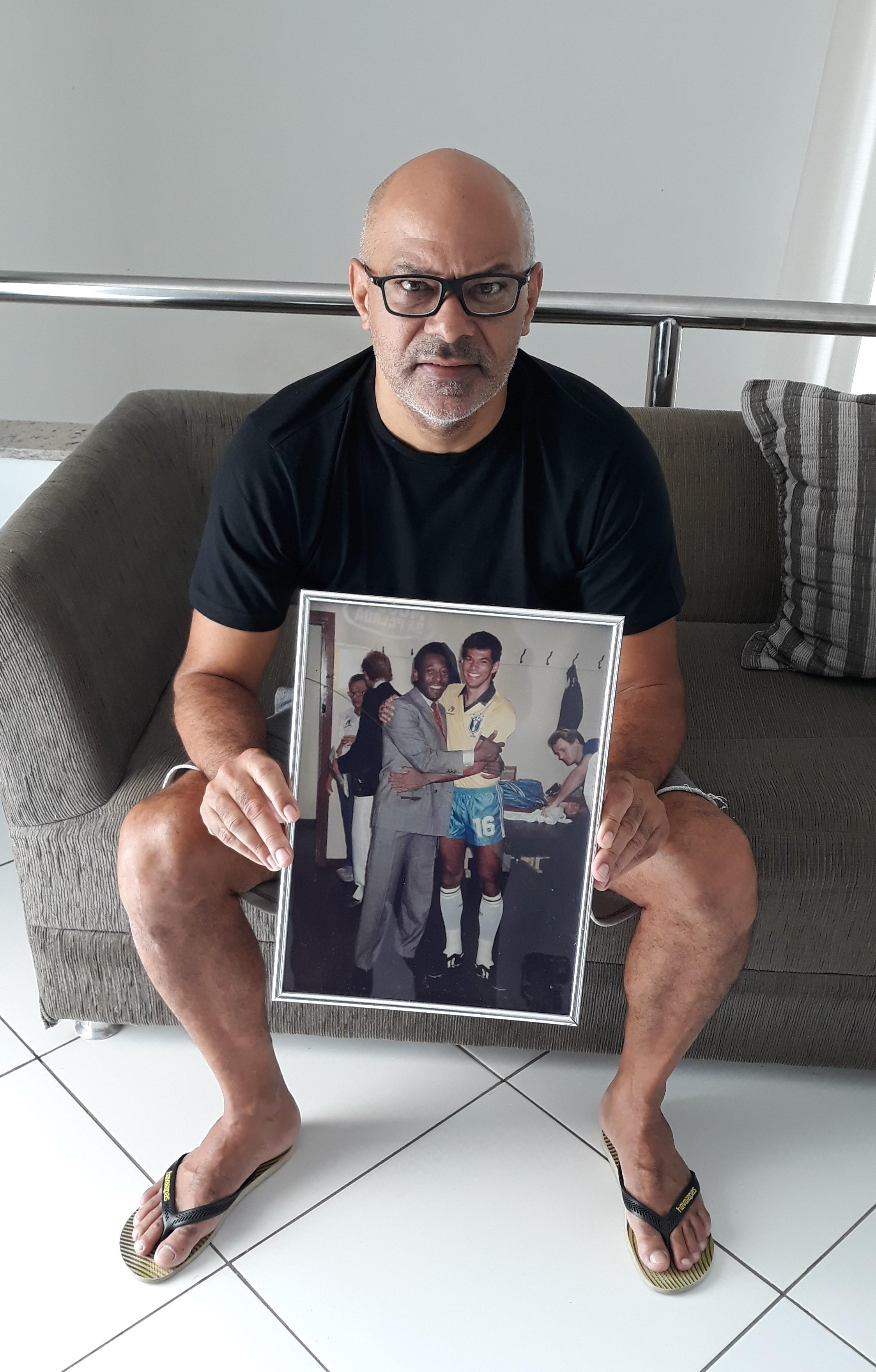 Charles segura quadro com foto de Pelé.jpg