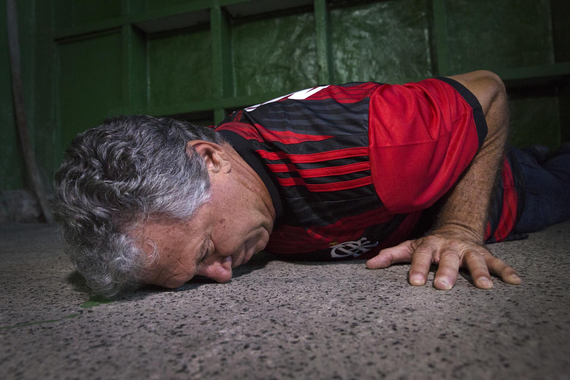 Rondinelli ganhou o apelido de Deus da Raça após arrastar o rosto no chão para salvar uma bola.
