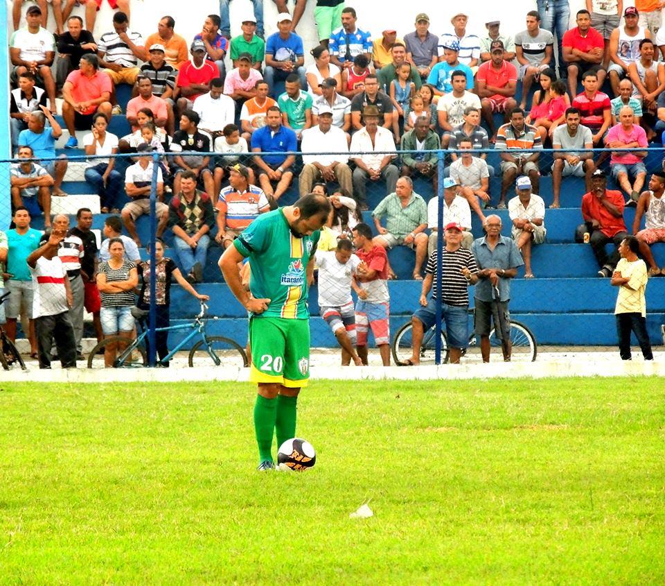 Paulo Almeida jogando em sua terra natal, Itarantim.jpg