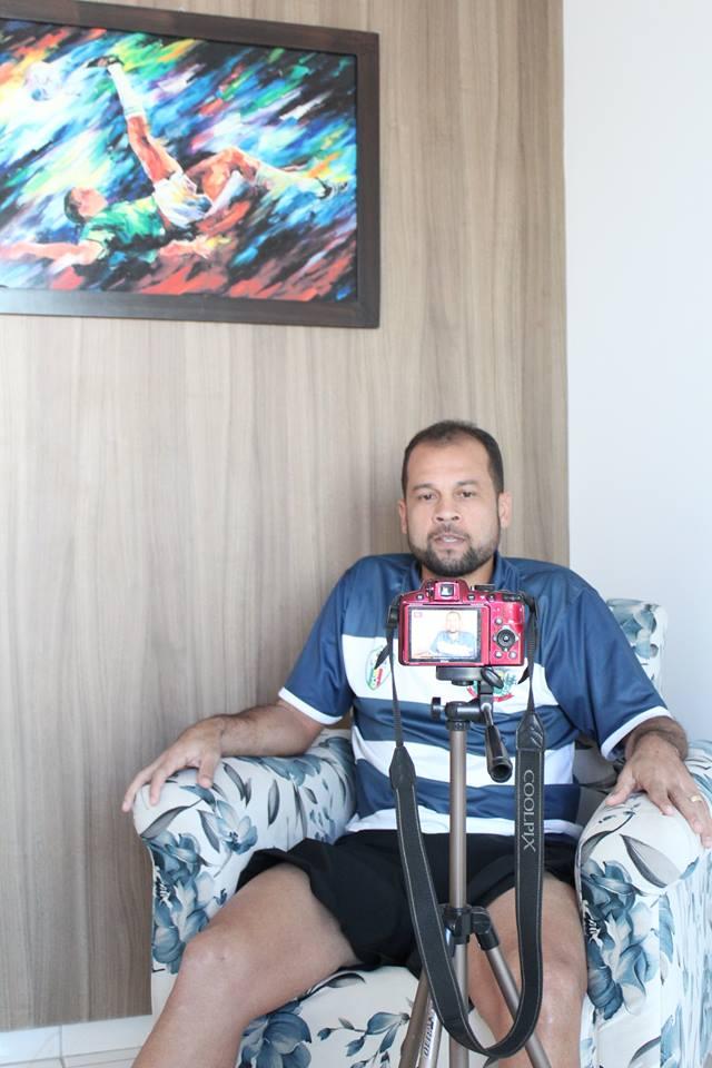 Paulo Almeida gravando vídeo.jpg