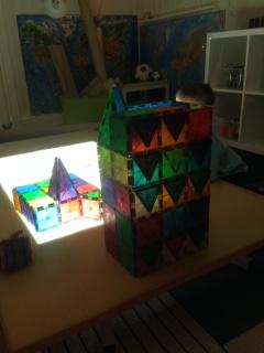 Magneter är ett fantastiskt material som används dagligen av barnen båda stora och små.