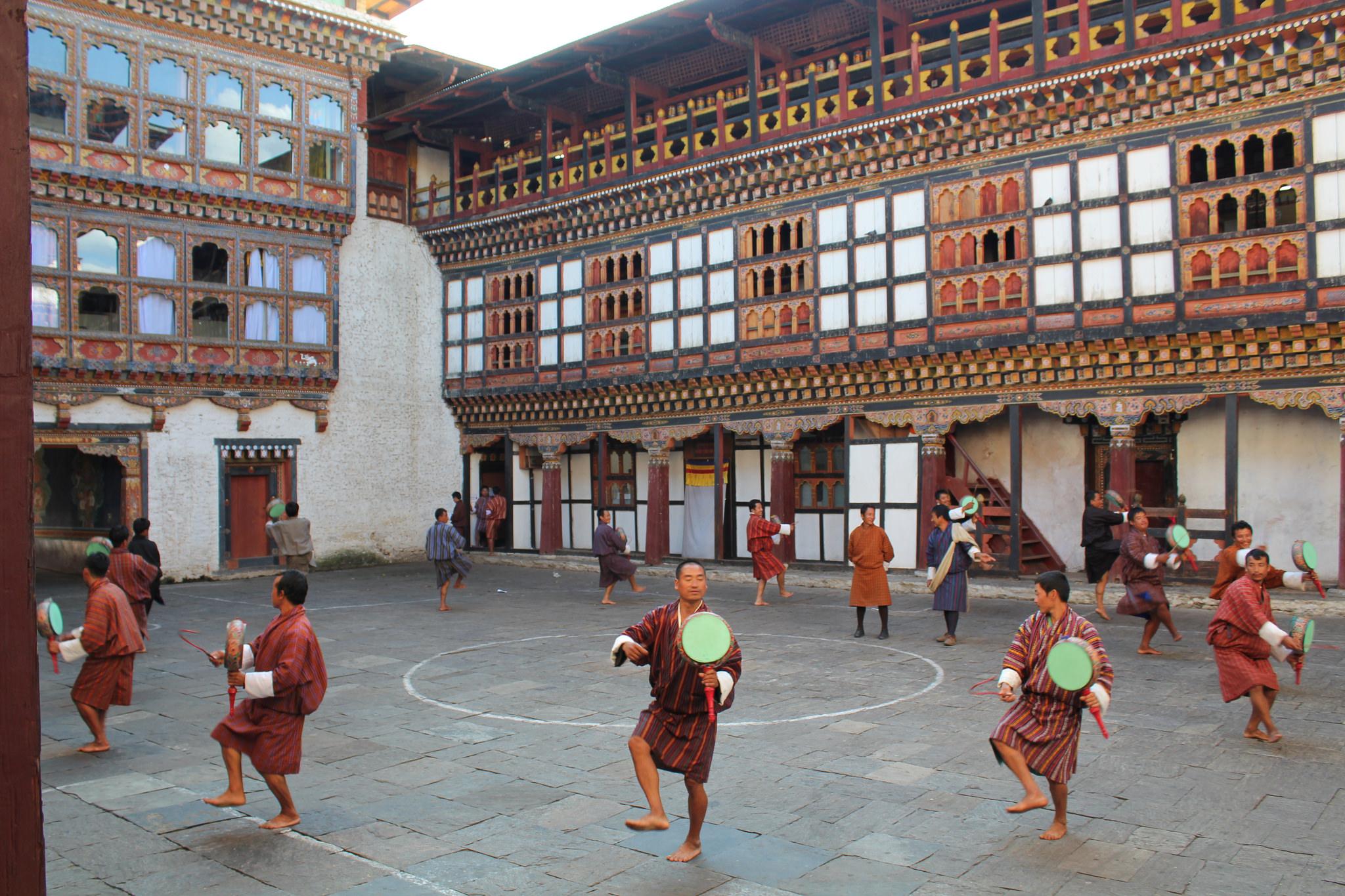 Tashigang Dzong, practising for a tshechu