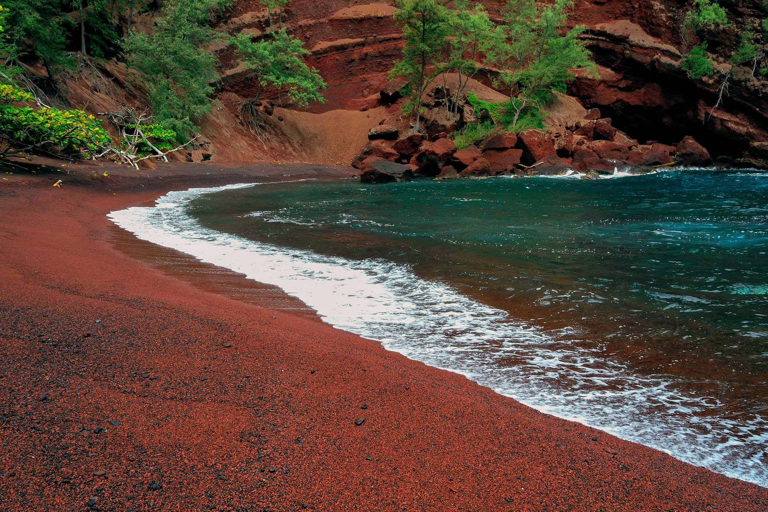 (HAWAII) Red sand beach, Hawaii.jpg